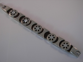 D101 Zwart lederen armband met 5 ronde open ster en 4 trechter leermetaal met Chrystal Swarovski stenen