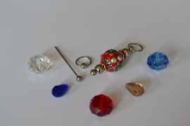 C6 Magic Pin met een bolpin en een rode Kashmiri fimoklei tussen kraal