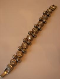 D490 Zwart waxkoord armband met 8 Swarovski stenen en 14 12mm bol leermetaal