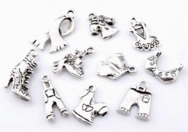 ´09910 Mix metalen kralen en hangers/bedels kleding ± 12-26mm 10 st