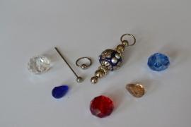 C5 Magic Pin met een bolpin en een blauwe Kashmiri fimoklei tussen kraal