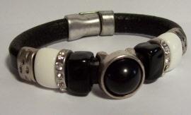 2014102 Leren zwarte band met de kleuren wit en zwart en metaal