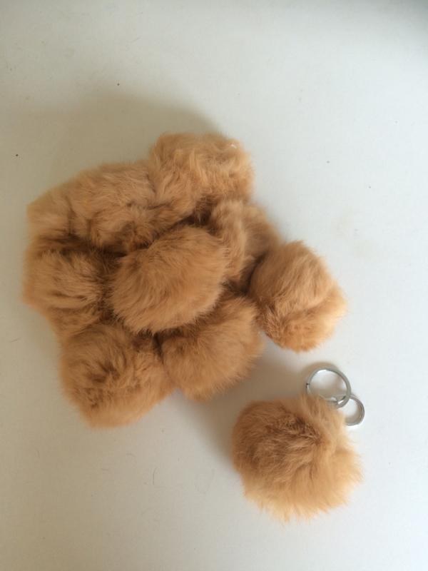 2016011 mocca bruine fluffy sleutel/tas hanger  8 cm