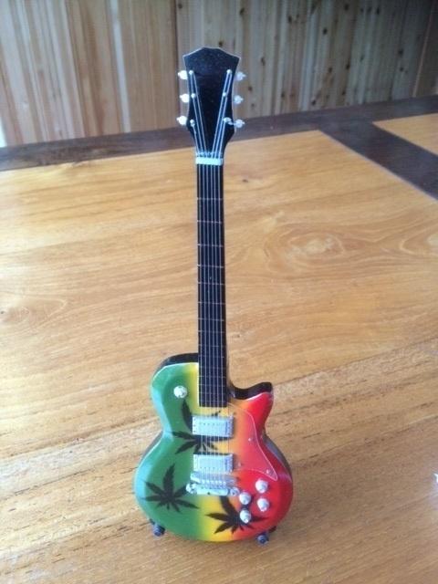 G2016022 Rasta decoratie gitaar