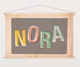 GEPERSONALISEERDE TEXTIELPOSTER OF SCHOOLPLAAT TYPOGRAFIEPRINT 'NORA'