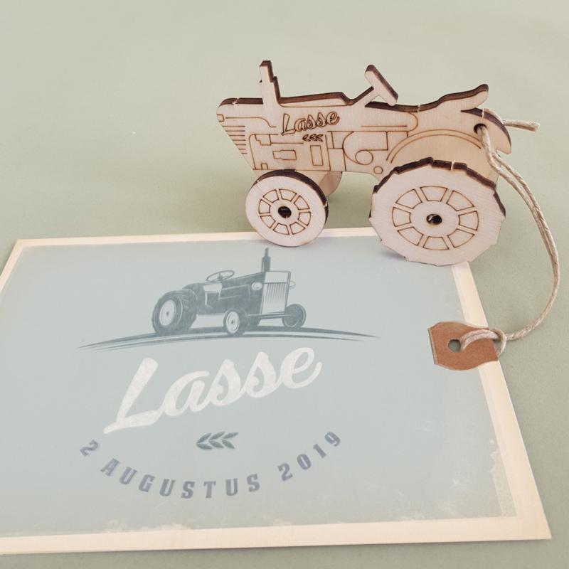 GEBOORTEKAARTJE MET 3D TRACTOR BOUWPAKKETJE VAN HOUT JONGEN 'LASSE'