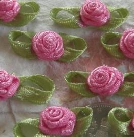 Satijnen roosje met blaadjes roze
