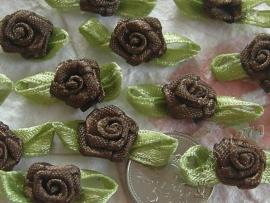 Satijnen roosje met blaadjes bruin