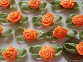 Satijnen roosje met blaadjes oranje