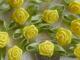 Satijnen roosje met blaadjes geel