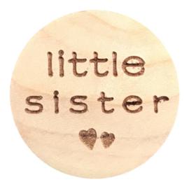 Houten schijfje - kraal met tekst Little Sister 20 mm