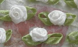 Satijnen roosje met blaadjes wit