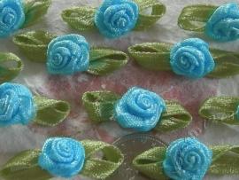 Satijnen roosje met blaadjes licht turquoise blauw