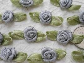 Satijnen roosje met blaadjes grijs