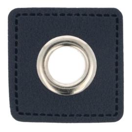 Nestel op donkerblauw Skai-leer vierkant 8mm zilver