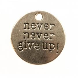 """Bedel met tekst: """"never never give up!"""""""