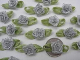 Satijnen roosje met blaadjes zilver