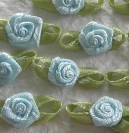Satijnen roosje met blaadjes babyblauw
