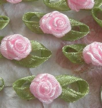 Satijnen roosje met blaadjes licht roze