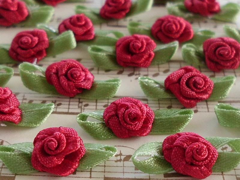 Satijnen roosje met blaadjes Dieprood