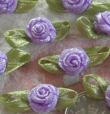 Satijnen roosje met blaadjes lila