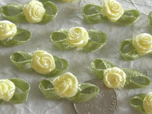 Satijnen roosje met blaadjes zacht geel