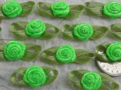 Satijnen roosje met blaadjes fel groen