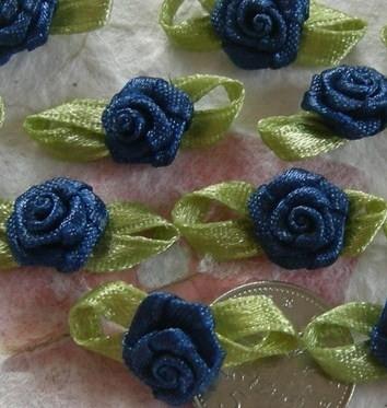 Satijnen roosje met blaadjes donkerblauw