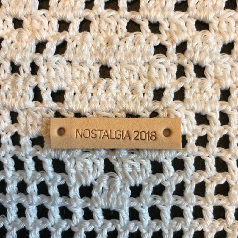 Leren label met  tekst Nostalgia 2018 Natural