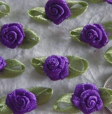 Satijnen roosje met blaadjes paars