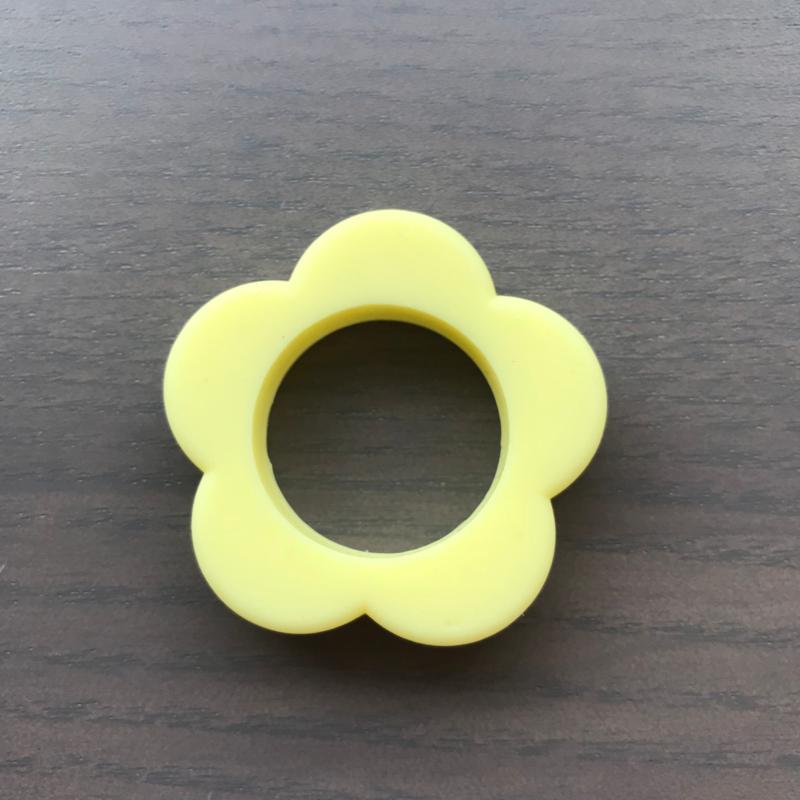 Siliconen Bloem ring Zachtgeel 40mm