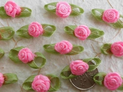 Satijnen roosje met blaadjes snoepjes roze