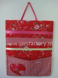 Memobord / knipjesbord rood met bloemen en rood geruit zakje