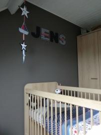 Eindresultaat Babykamer aankleding blauw (spijkerstof), grijs , rood met sterren voor Mark en Yvonne