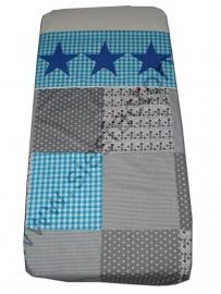 Overtrek ledikant in aqua blauw, grijs en kobalt blauw in blokken