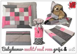 Babykamer aankleding zacht / oud roze , grijs en wit met grafisch bloemetje
