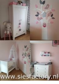 Resultaat babykamer licht roze, grijs en wit met zilveren ster 2