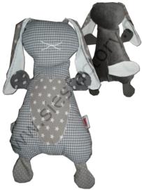 2 x knuffelkonijn grijs, zwart/wit en rood