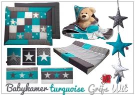 Babykamer aankleding turquoise, grijs en wit met oa boxkleed, lakentje en wikkeldoek
