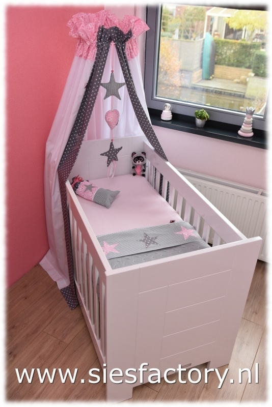 Babykamer licht roze, grijs en wit met zilveren sterren.
