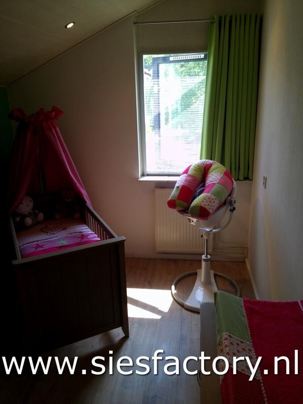 babykamer roze groen met roosjes. Oa hemeltje, lakentjes en aankleedkussenhoes