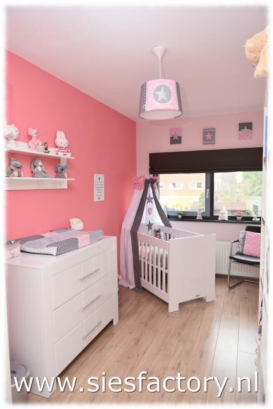 Babykamer Wit Grijs.Babykamer Licht Roze Grijs En Wit Met Zilveren Sterren