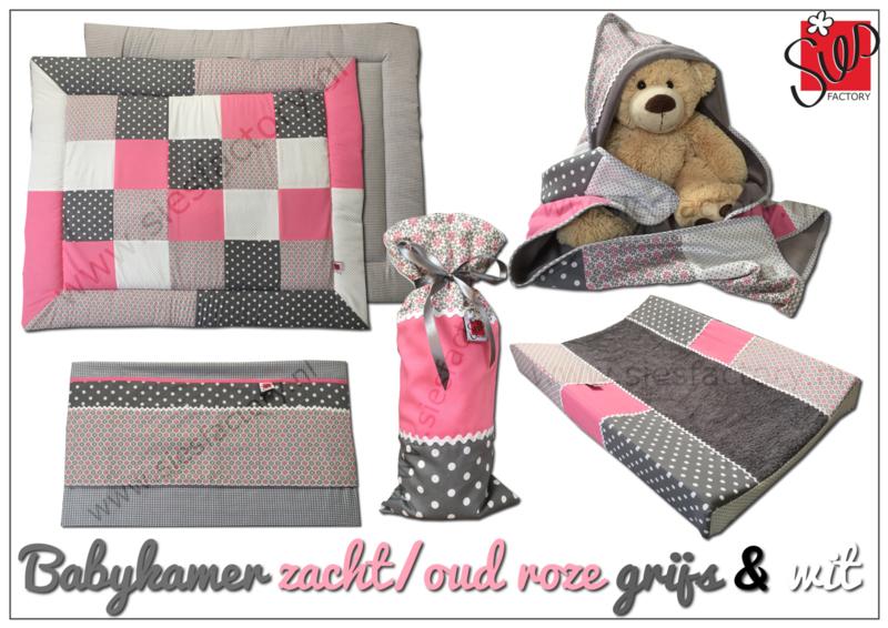 Wikkeldoek zacht / oud roze , grijs en wit met stippen en grafische bloemetjes