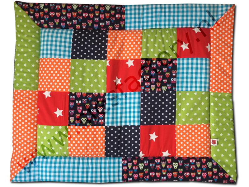 Boxkleed 80x100 in vrolijke kleuren blauw, groen oranje en rood met uiltjes
