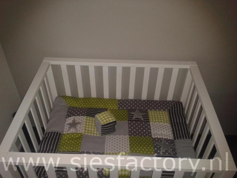 Babykamer aankleding groen, grijs en wit met zilveren sterren