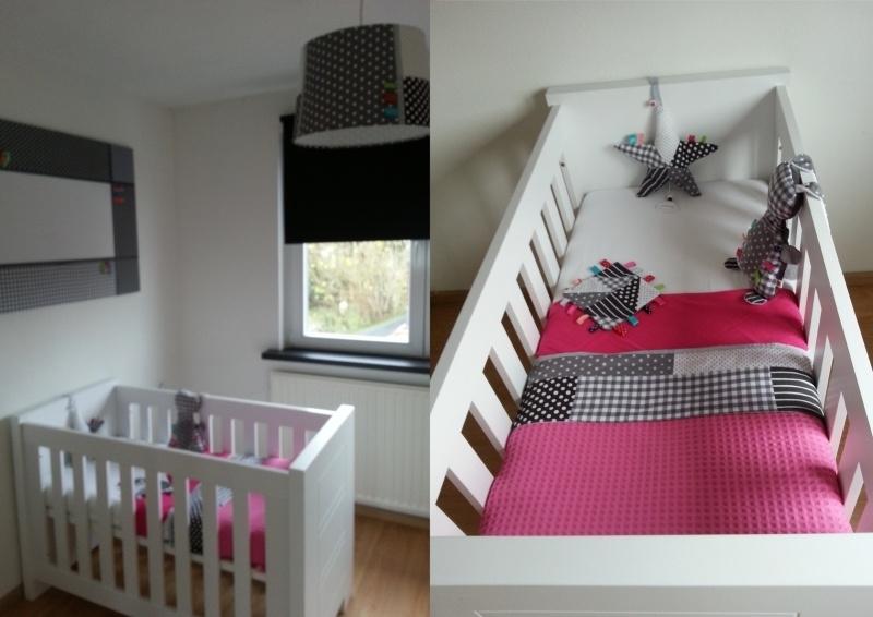 Eindresultaat babykamer grijs, wit met gekleurde labeltjes
