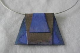 halssieraad, driehoekige vorm geknipt en gevouwen