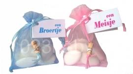 Geboortebedankjes organza zakje met kaartje en gelukspoppetje baby
