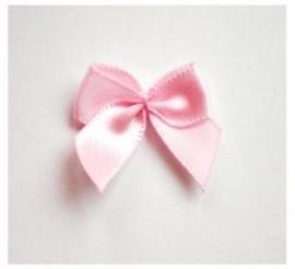 Strikje satijn licht roze 24x24mm per stuk