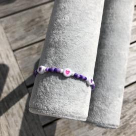 Armbandje lila-donker paars hartjes